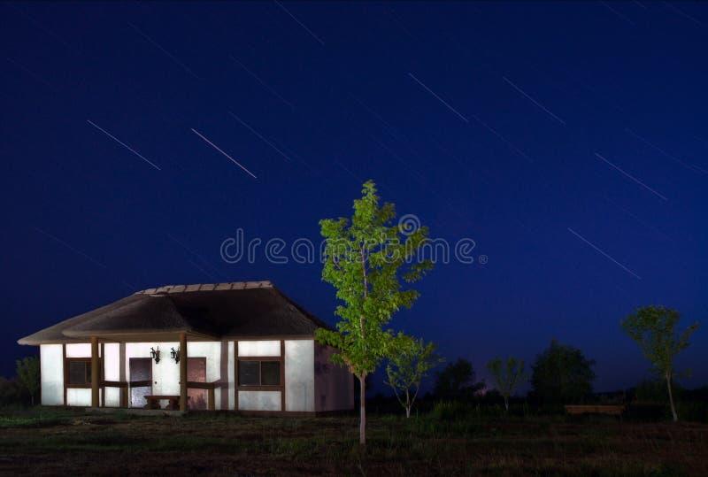 银河夜村庄阿斯特拉罕俄罗斯 免版税库存照片