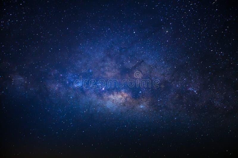 银河星系的中心与星和空间尘土在宇宙,长的曝光照片的,与五谷 库存图片