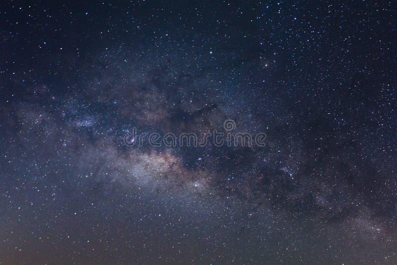 银河星系的中心与星和空间尘土在宇宙,长的曝光照片的,与五谷 库存照片