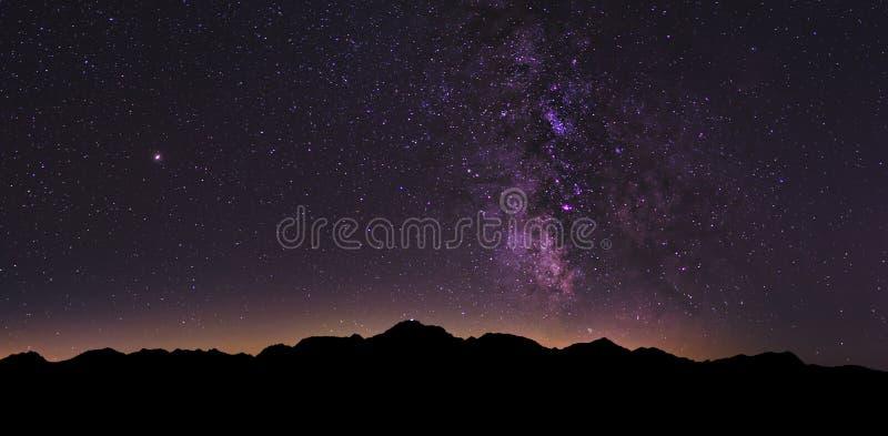 银河风景在瑞士阿尔卑斯山脉 免版税图库摄影