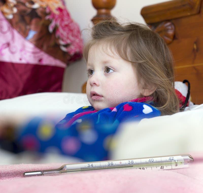 水银温度表和一个小病的女孩 图库摄影