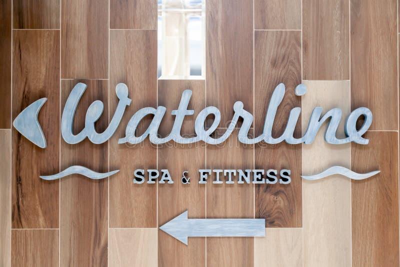 银色信件,水线尖,温泉,在墙壁旅馆的健身标志,大厅 概念标志,游标,温泉的题字在的 免版税库存图片