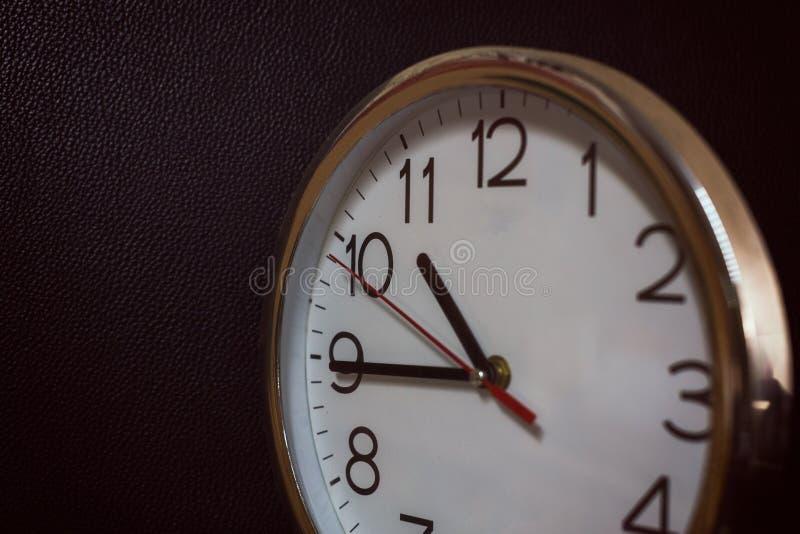 银色古色古香的时钟,葡萄酒过滤器的时钟表盘 免版税图库摄影