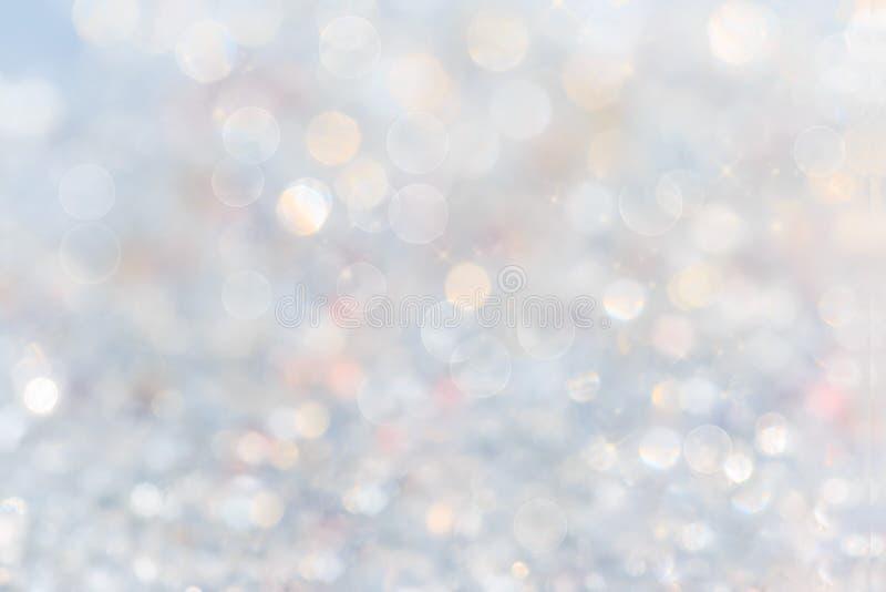 银色和白色bokeh点燃defocused 抽象背景 白色迷离摘要背景 免版税库存照片