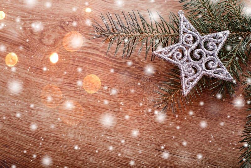 银色圣诞节装饰品和杉树在土气木背景分支 看板卡例证向量xmas 库存照片