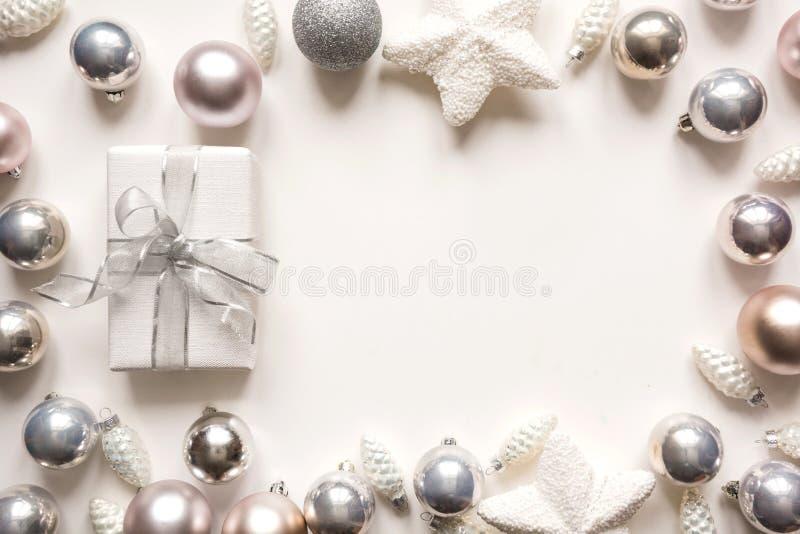 银色圣诞装饰球和礼物在白色 文本的空间 库存图片