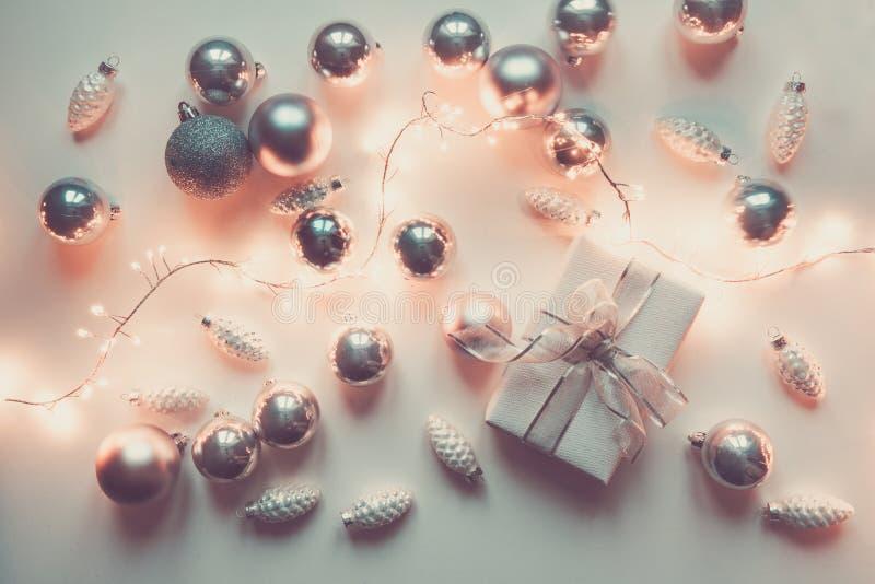 银色圣诞装饰球和礼物在白色 xmas 图库摄影