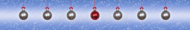 银色垂悬的圣诞节中看不中用的物品 库存图片