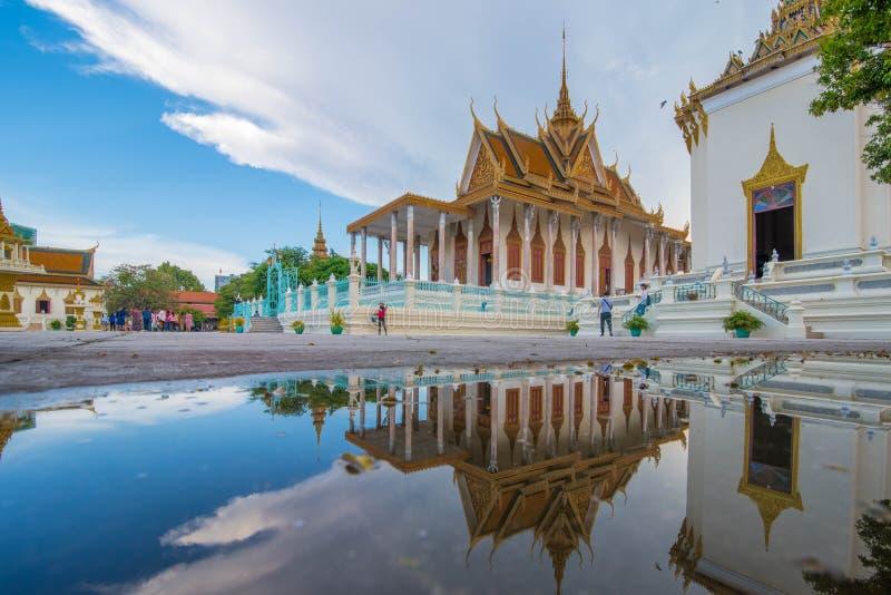 银色塔在另一透视王宫,柬埔寨 免版税库存照片
