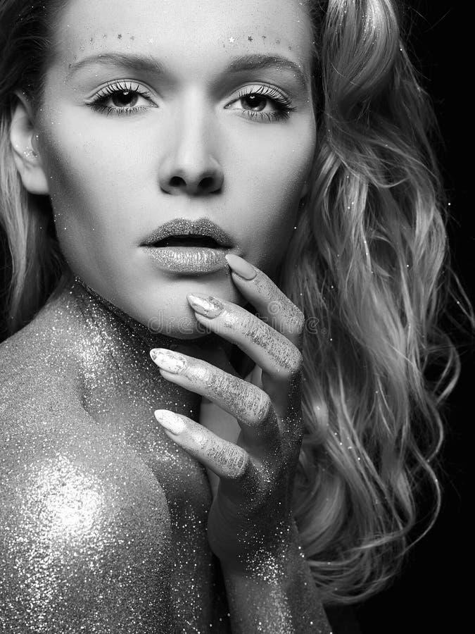 银色女孩 有闪闪发光的美丽的年轻女人 图库摄影