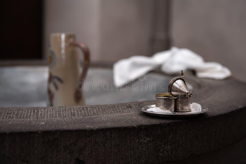 银色容器在洗礼的教会里在水池 免版税库存图片