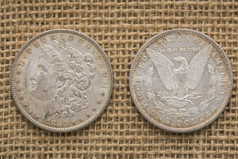 银色摩根美元1880粗麻布背景 免版税库存图片