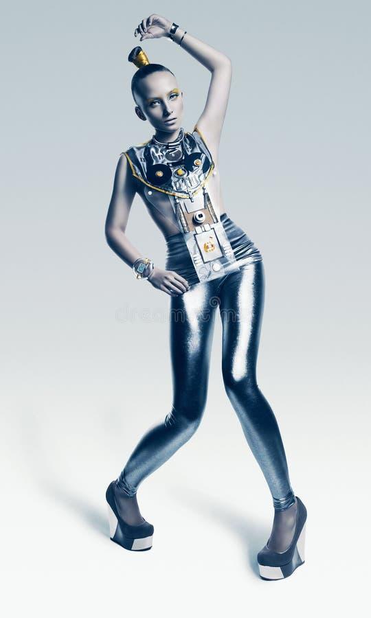 银色服装的异常的外籍人妇女 免版税图库摄影