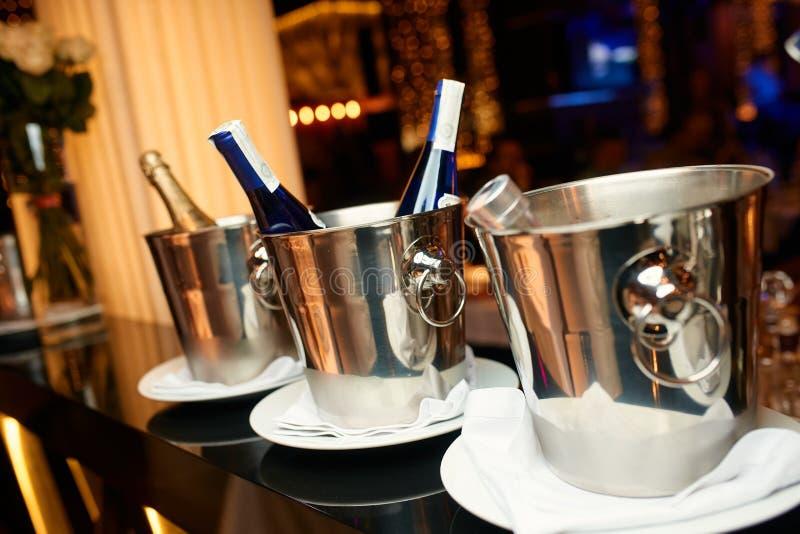 银色桶照片用香槟 免版税库存照片