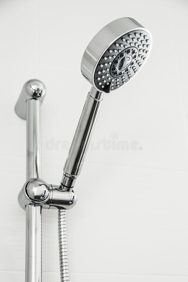 银色淋浴喷头在卫生间用水下降流动在蓝色和凉快的图片样式,卫生间设备 库存照片