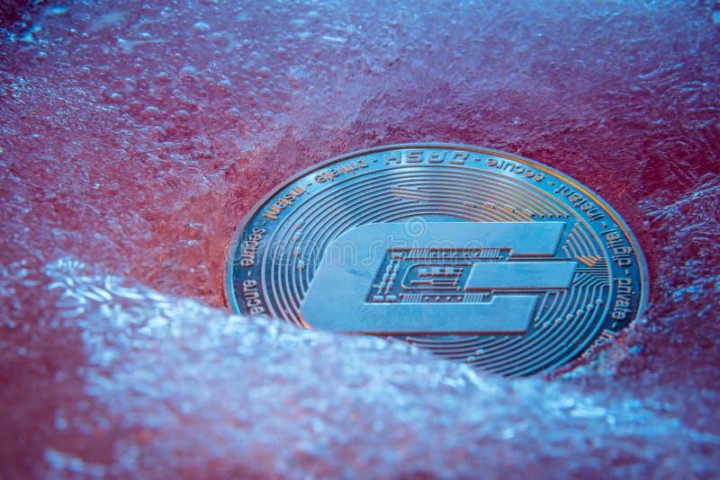 银色破折号硬币,网上数字货币结冰在蓝色冰 块式链的概念,市场崩溃 结冰的隐藏金钱, 免版税库存图片