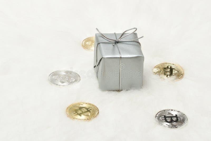 银色礼物盒和bitcoins硬币在白色背景 免版税库存图片