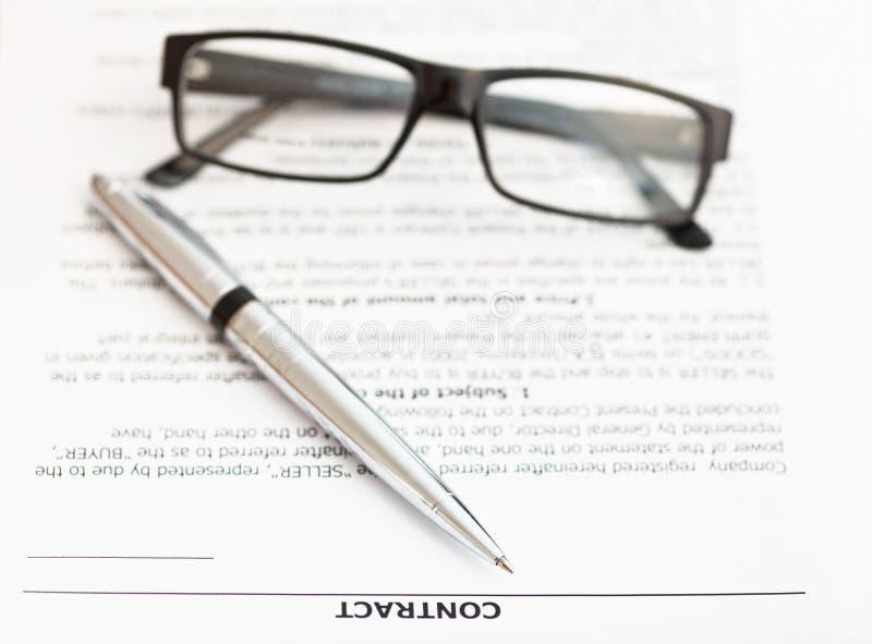 银色笔和镜片在销售合约 库存照片
