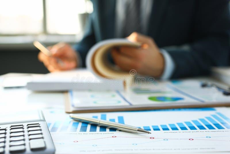 银色计算器和财政统计对剪贴板 免版税库存照片