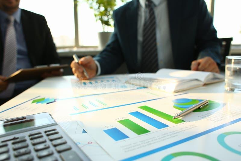 银色计算器和财政统计对剪贴板 库存照片
