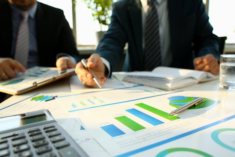 银色计算器和财政统计对剪贴板 图库摄影