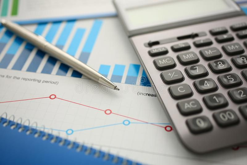 银色计算器和财政统计对剪贴板 免版税图库摄影