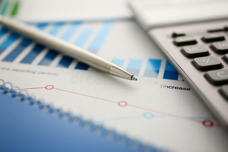 银色计算器和财政统计对剪贴板 免版税库存图片