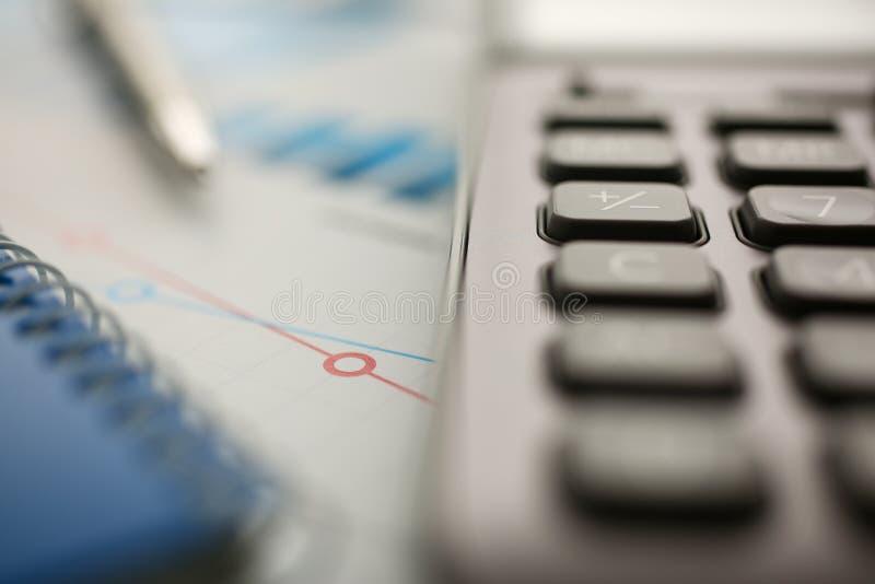 银色计算器和财政统计对剪贴板 库存图片