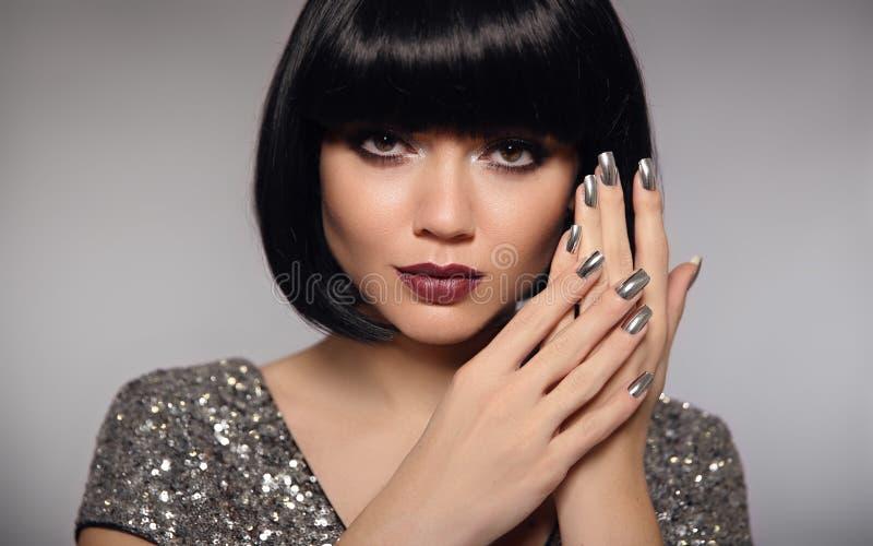 银色钉子艺术擦亮剂修指甲 短的突然移动头发妇女模型 启远地 库存照片