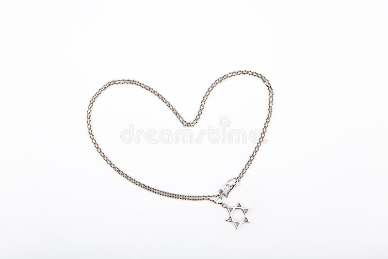 银色链子戴维兹星心脏标志白色背景 免版税库存图片