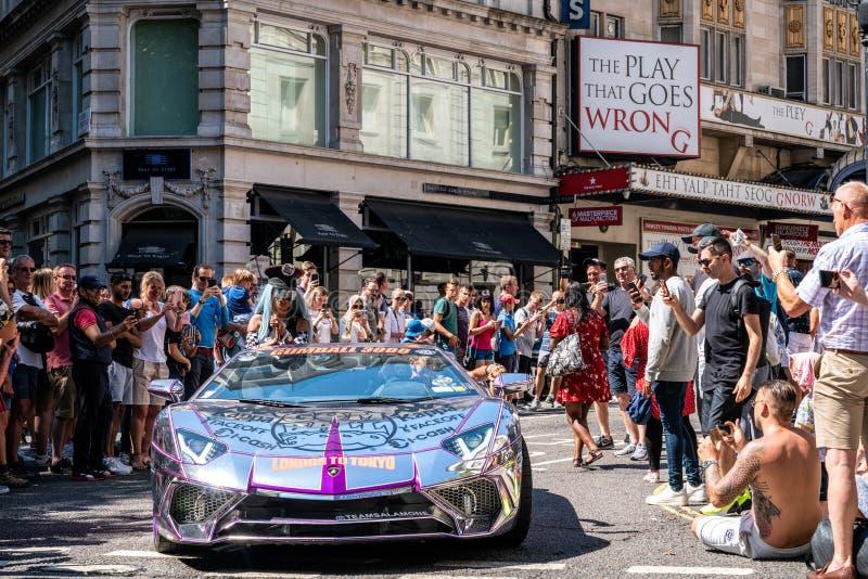 银色镀铬物Lamborghini在伦敦 库存图片