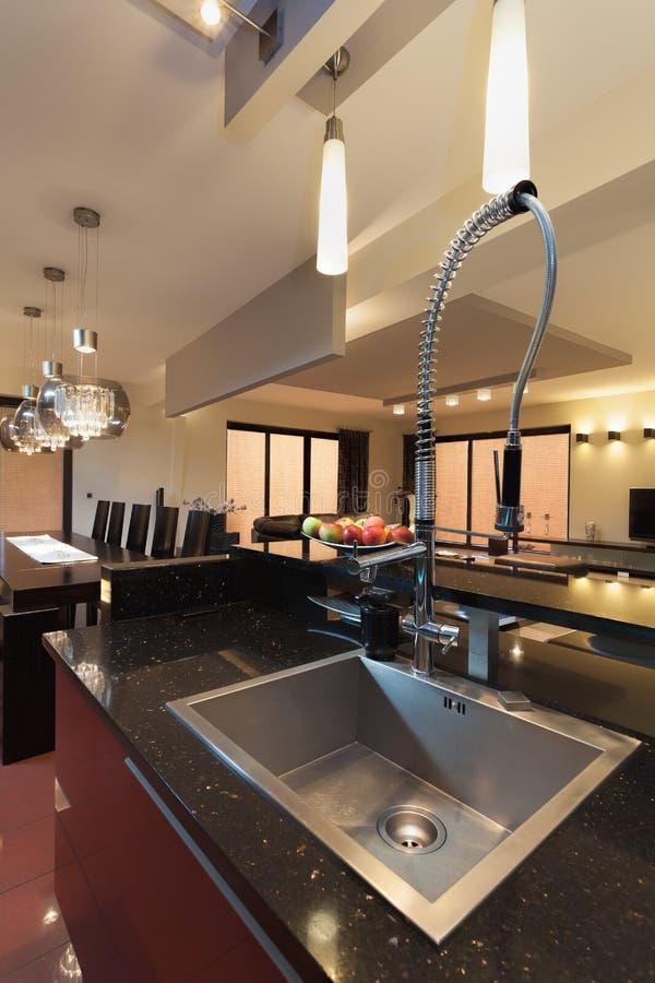 银色长方形水槽在厨房里 免版税库存照片