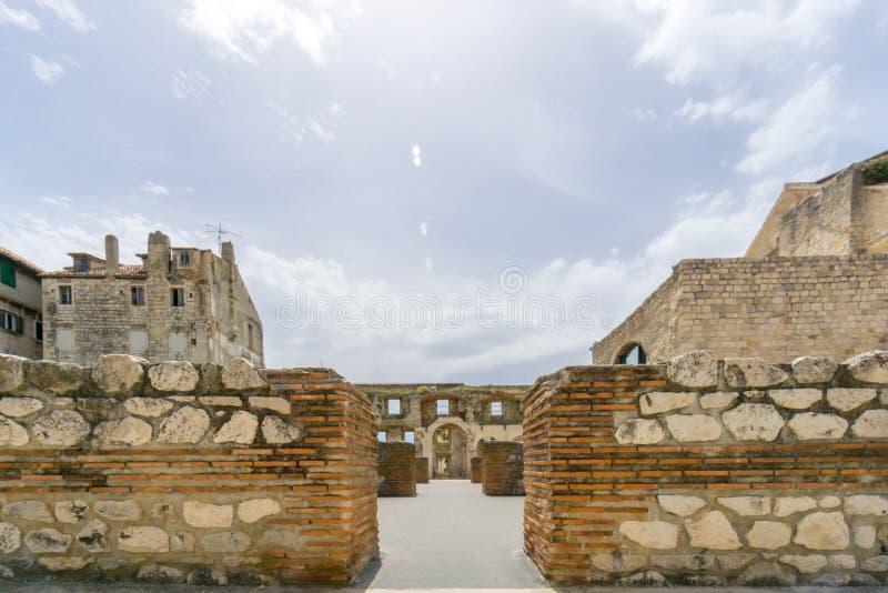银色门在Diocletian ` s宫殿 免版税库存照片