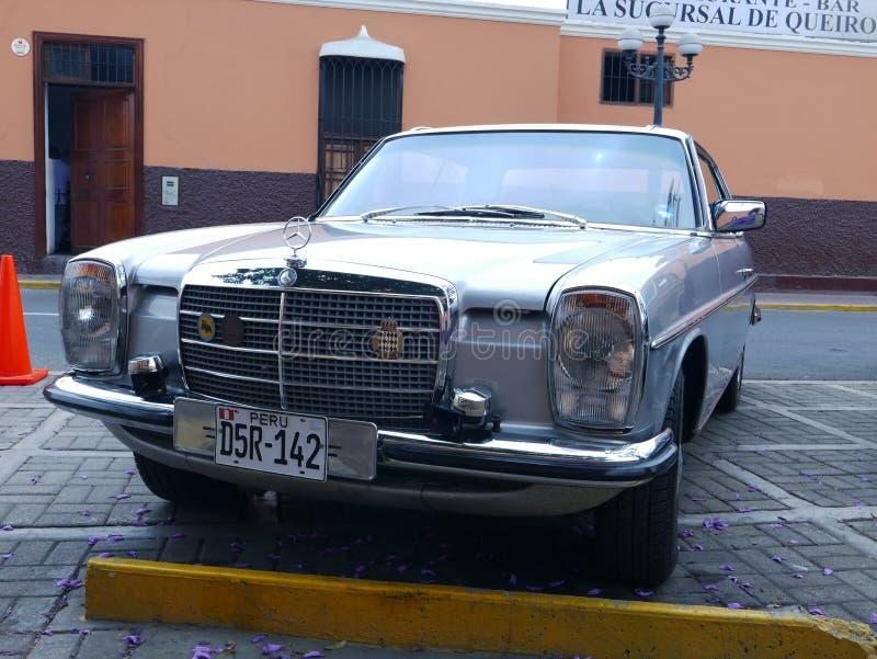 银色颜色奔驰车280C小轿车在利马 库存图片