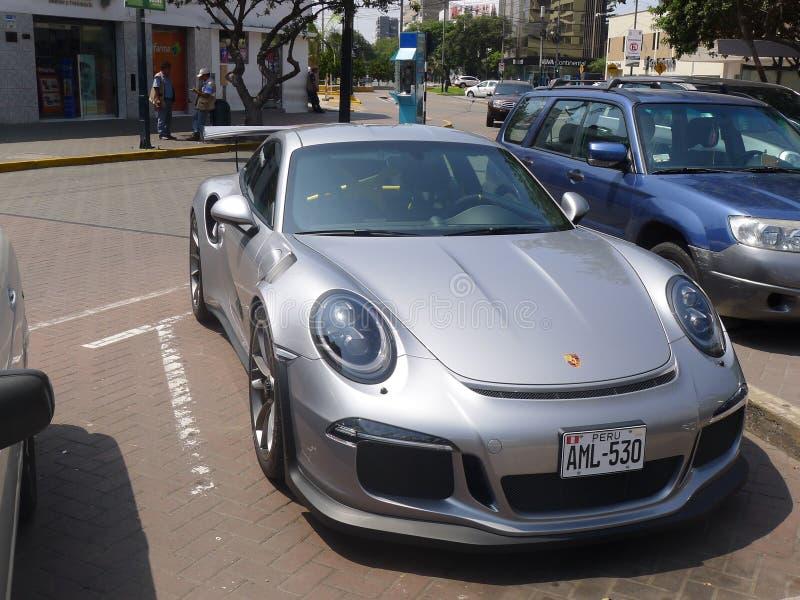 银色颜色清新的环境保时捷GT3R在利马 免版税库存图片