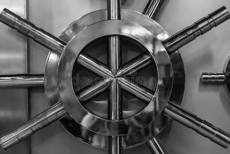 银色颜色银行安全门门面特写镜头视图 免版税库存图片