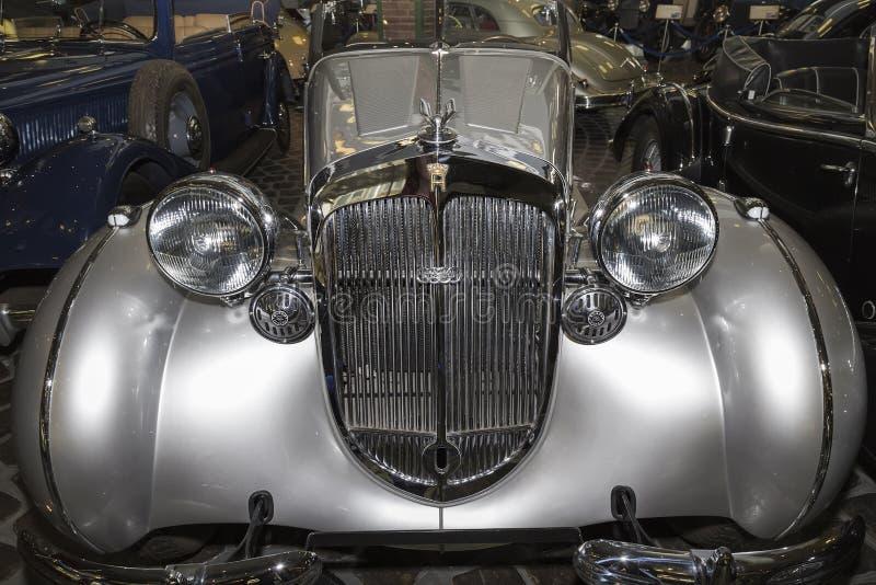 银色颜色Horch品牌的一辆别致的葡萄酒汽车在瓦迪姆Zadorozhny博物馆 库存照片