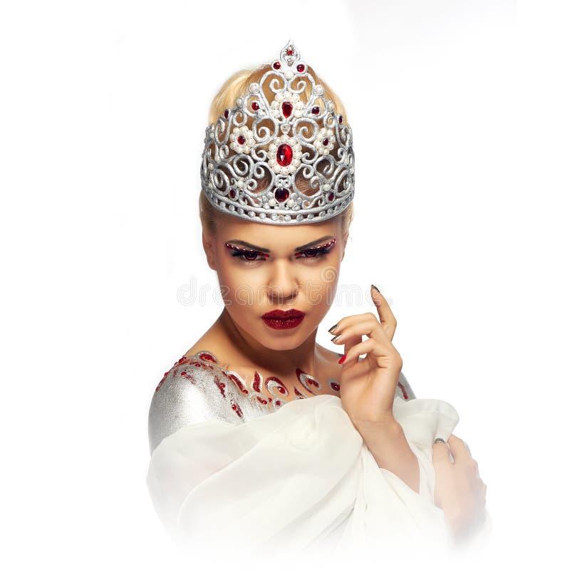 银色经典手工制造冠的白肤金发的女王/王后有红色眼睛的 库存照片