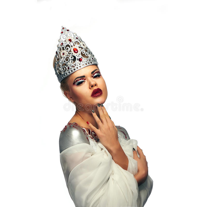 银色经典手工制造冠的白肤金发的女王/王后有红色眼睛的 免版税库存图片