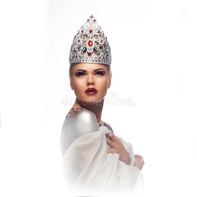 银色经典手工制造冠的白肤金发的女王/王后有红色眼睛的 免版税库存照片