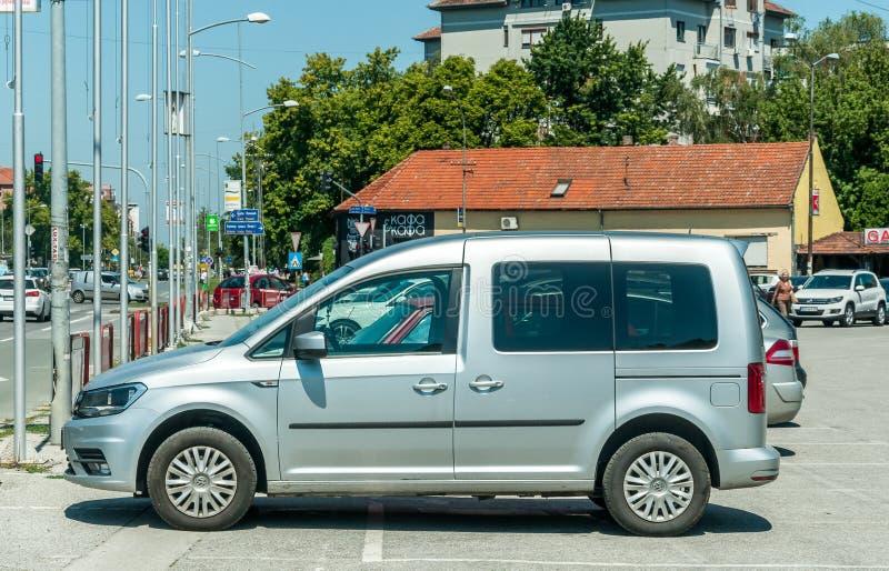 银色VW大众小型运车最大2 在街道上停放的0辆TDI汽车 库存照片