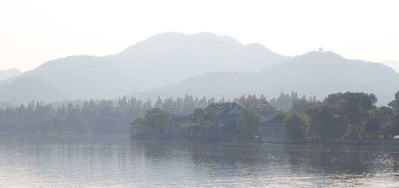 银行雾西方湖的村庄 图库摄影