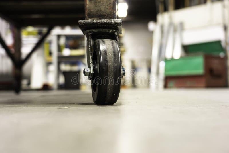 铸工-在工厂车间地板上的铸工轮子 免版税库存照片