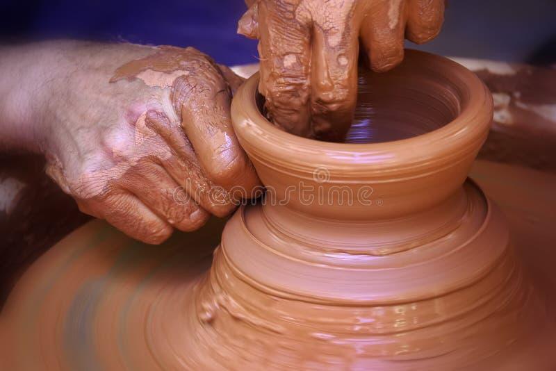 铸造与车床的陶瓷工黏土 库存照片