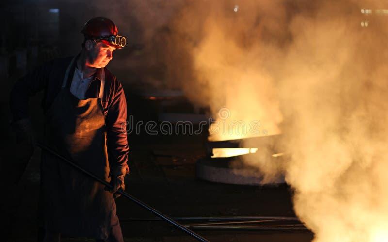 铸造厂坚苦工作 库存照片