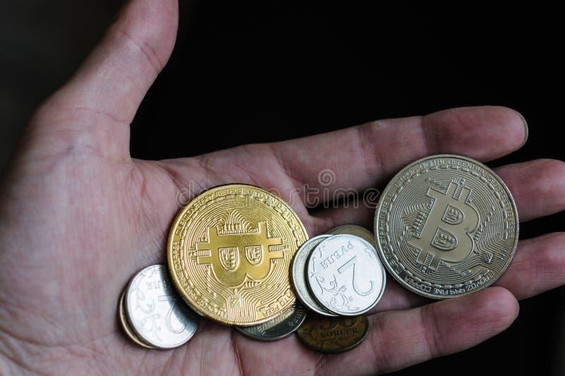 铸造在您的手棕榈的bitcoin  免版税图库摄影