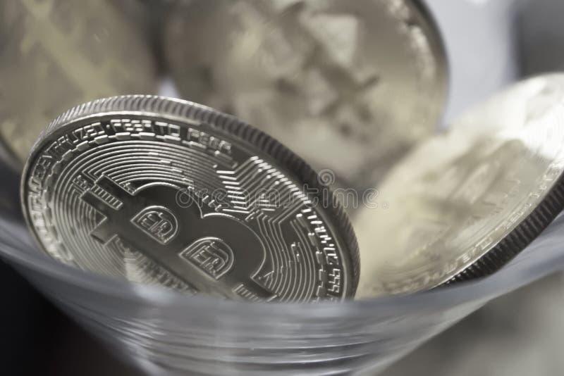 铸造在鸡尾酒杯特写镜头的bitcoins 免版税库存图片