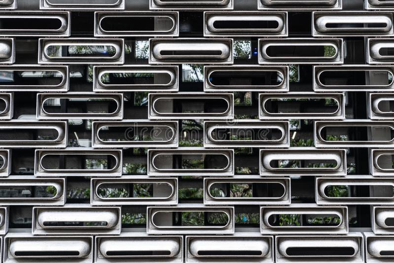 铸铝门面在任意模件穿的单位系统在玻璃大厦里面在香港/背景纹理/建筑ma 库存图片