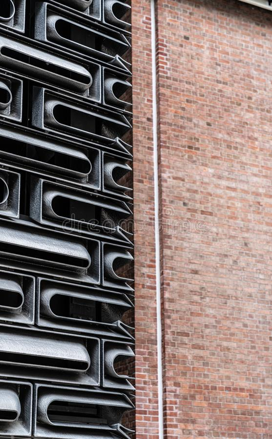铸铝门面在任意模件穿的单位系统的组合在玻璃大厦里面与半og老砖物质bac 免版税库存图片