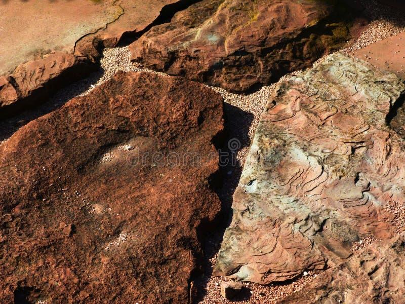 铺与土气概略的层状分裂表面和强的沙粒纹理的红色沙子石头 图库摄影
